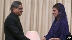 Menteri Luar Negeri Pakistan Hina Rabbani Khar, kanan, berjabatan tangan dengan Menteri Luar Negeri India S.M. Krishna di Islamabad setelah membahas isu-isu bilateral (foto, 7/9/2012).