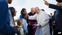 教宗方济各星期四抵达纽约市约翰·肯尼迪国际机场,受到纽约市儿童的欢迎。