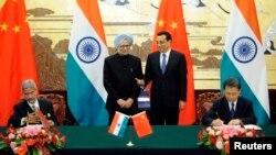 中國總理李克強(右)與印度總理辛格(左)在北京簽署了中印邊界地帶防務合作協議