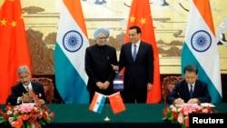 2013年10月23日在人民大会堂: 中国总理李克强(右二)和印度总理曼莫汉·辛格(左二)出席签字仪式