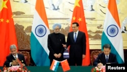 တ႐ုတ္၀န္ႀကီးခ်ဳပ္ Li Keqiang နဲ႔ အိႏၵိယဝန္ႀကီးခ်ဳပ္ Manmohan Singh.
