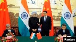 Perdana Menteri China Li Keqiang (kedua dari kanan) dan Perdana Menteri India Manmohan Singh (kedua dari kiri) dalam upacara penandatanganan perjanjian perbatasan di Beijing (23/10).