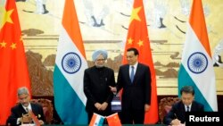 Chinese Premier Li Keqiang (2nd R) and India's Prime Minister Manmohan Singh (2nd L) attend a signing ceremony at the Great Hall of the People in Beijing, Oct. 23, 2013.