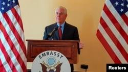آقای تیلرسون در محل سفارت آمریکا در مانیل فلیپین