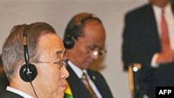 Tổng thư ký LHQ Ban Ki-moon (trái) ngồi cạnh Thủ tướng Miến Ðiện Thein Sein tại hội nghị ASEAN ở Hà Nội