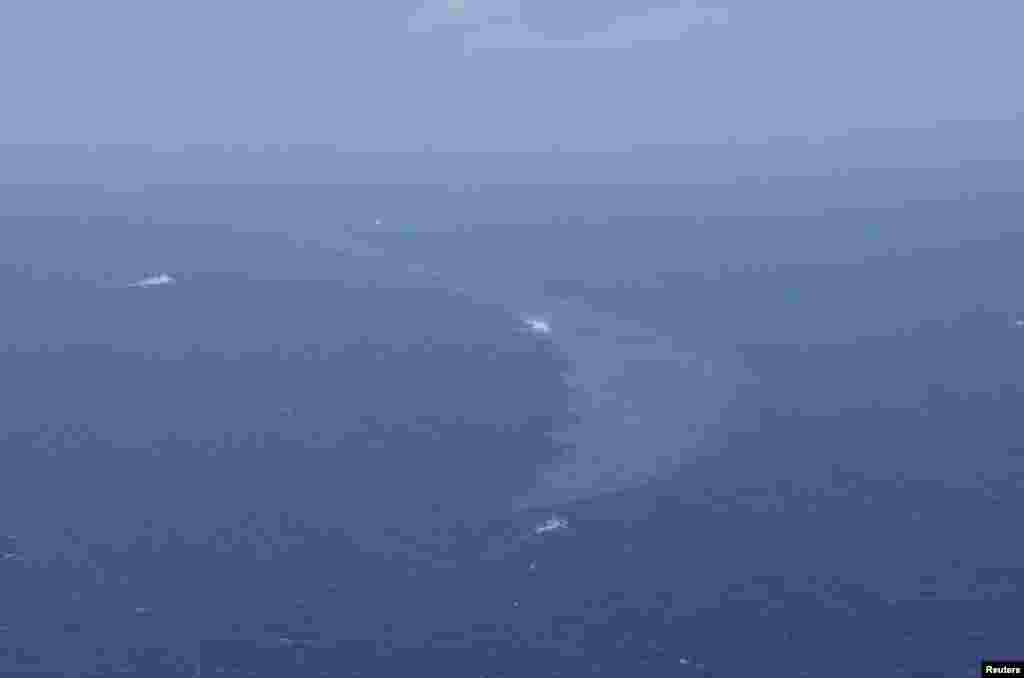 日本海岸警卫队提供的照片显示,从沉没的伊朗油轮桑吉号泄露出来的石油在东中国海上漂浮(2018年1月16日)。人们仍然担心这可能对海床和周边海域造成重大污染。法广的法语记者在上海报道说,从天空往下看,爆炸沉没的桑吉号在海面上形成的巨大油污规模有巴黎那么大。中国海事部门说,面积超过100平方公里。