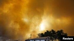 El humo llena el aire sobre un pequeño establo en Laporte, Colorado. El incendio no ha podido ser contenido y amenaza a cientos de casas en el área.