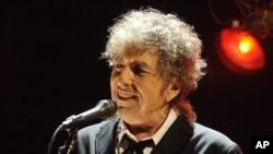 Le chanteur américain Bob Dylan sur scène, à Los Angeles, le 12 janvier 2012.