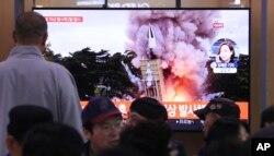 Orang-orang menonton TV yang memperlihatkan gambar file peluncuran rudal Korea Utara yang tidak ditentukan di stasiun kereta api di Seoul, Korea Selatan, Kamis, 31 Oktober 2019. (Foto: AP)