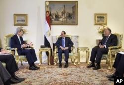 ປະທານາທິບໍດີ ອີຈິບ ທ່ານ Abdel-Fattah el-Sissi (ກາງ) ແລະ ລັດຖະມົນຕີຕ່າງປະເທດ ອີຈິບ ທ່ານ Sameh Shoukry (ຂວາ) ພວມຮັບຟັງ ລັດຖະມົນຕີຕ່າງປະເທດ ສະຫະລັດ ທ່ານ John Kerry ກ່າວຖະແຫລງ ກ່ອນໜ້າ ການເຈລະຈາ ຢູ່ທີ່ທຳນຽບ ປະທານາທິບໍດີ ໃນນະຄອນຫຼວງ Cairo ເມື່ອວັນທີ 2 ສິງຫາ 2015.