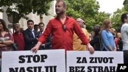 Protest protiv nasilja nad novinarima, dan nakon ranjavanja istraživačke novinarke Vijesti, Olivere Lakić, isred ulaza zgrade u kojoj živi, u Podgorici, 9. maja 2018.
