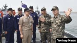 정호섭 한국 해군참모총장이 14일 평택 해군 2함대사령부를 방문, 전투준비태세를 점검하고 있다.
