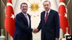 Turkey's President Recep Tayyip Erdogan, right, and U.S. Secretary of Defense Ash Carter shake hands before a meeting in Ankara, Oct. 21, 2016.