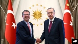 دیدار اشتون کارتر وزیر دفاع ایالات متحده (چپ) با رجب طیب اردوغان رئیس جمهوری ترکیه در آنکارا - ۳۰ مهر ۱۳۹۵