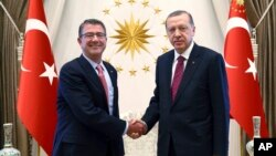 美國國防部長卡特(左)10月21日星期四與土耳其總統埃爾多安會晤討論伊拉克局勢。