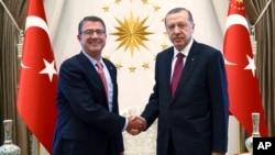 AQSh Mudofaa vaziri Eshton Karter (chapda) Turkiya Prezidenti Rajab Toyib Erdog'an bilan, Anqara, Turkiya, 21-oktabr, 2016-yil.