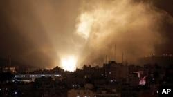 Humo se eleva minutos después de los bombardeos israelíes en la ciudad de Gaza.