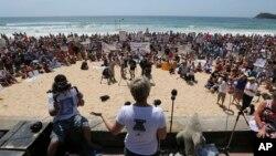Para demonstran duduk dan mendengarkan pidato dalam aksi protes terhadap kebijakan pembunuhan hiu yang diberlakukan pemerintah negara bagian Australia Barat, di pantai Manly, Sydney, Australia (1/2).