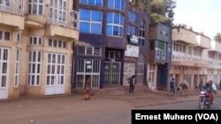 Plusieurs boutiques et commerces étaient fermés à Bukavu le 2 août 2017. (VOA/Ernest Muhero)