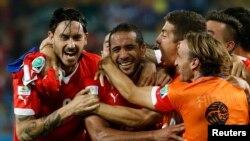 Jean Beausejour celebra con sus compañeros el tercer gol de Chile, en su triunfo sobre Australia, 3-1.