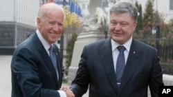 7일 우크라이나 키예프에 도착한 조 바이든 미국 부통령(왼쪽)이 페트로 포로센코 우크라이나 대통령과 악수하고 있다.