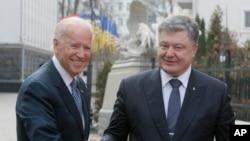 Wakil Presiden Amerika Joe Biden (kiri) disambut oleh Presiden Ukraina Petro Poroshenko di Kyiv, Ukraina (7/12).