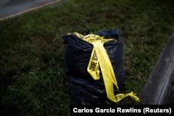 Kantong sampah penuh rekaman TKP terlihat di dekat kampus SMA Marjory Stoneman Douglas, setelah pagar pengaman polisi dicopot, menyusul penembakan massal di Parkland, Florida, AS, 18 Februari 2018. (Foto: REUTERS/ Carlos Garcia Rawlins)