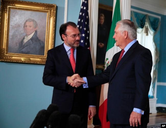 El secretario de Estado de EEUU, Rex Tillerson (der.) saluda al canciller mexicano Luis Videgaray en el Departamento de Estado, durante una visita del segundo el 30 de agosto de 2017.