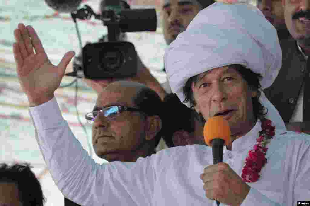عمران خان خطاب کر رہے ہیں