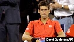 Novak Djokovic berhasil mengatasi cedera kakinya dan melaju ke babak ketiga Shanghai Masters (foto: dok).