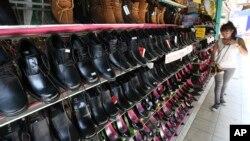 Ảnh minh họa: Một cửa hàng bán giày dép ở trung tâm thành phố Chiang Mai, miền bắc Thái Lan.