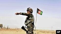 Tentara Afghanistan mengarahkan kendaraan untuk berhenti di sebuah pos penjagaan di distrik Zhari, di pangkalan militer Maiwand, Kandahar, Afghanistan, 19 Oktober 2017. (Foto: dok).