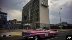 Suasana di sekitar Kedutaan Besar Amerika di Havana, Kuba (11/8). Menteri Luar Negeri Amerika John Kerry akan menghadiri upacara pengibaran bendera Amerika, Jumat (14/8) yang akan menandai dibukanya kembali operasi kedutaan Amerika di Kuba setelah 54 tahun dibekukan.