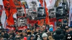 모스크바 시민들이 1일 총격으로 사망한 야권 지도자 보리스 넴초프 전 부총리를 추모하는 행진을 벌이고 있다.