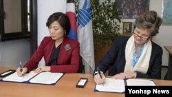 10일 이탈리아 로마에서 열린 WFP 정기 집행이사회에서 오영주(왼쪽) 한국 외교부 개발협력국장과 세계식량계획(WFP)측 관계자가 쿠바 식량안보 개발협력 사업 추진을 위한 양해각서(MOU)에 서명하고 있다.