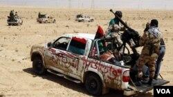 A todas luces en Libia no es cosa de llevar a cabo reformas políticas bajo la tutela del ejército, como en Egipto.