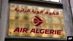 Logo maskapai Air Algerie di kantornya di Paris (24/7).