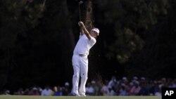 Tras un gran golpe de Watson desde una muy incómoda posición entre los árboles, se comenzó a definir Augusta.