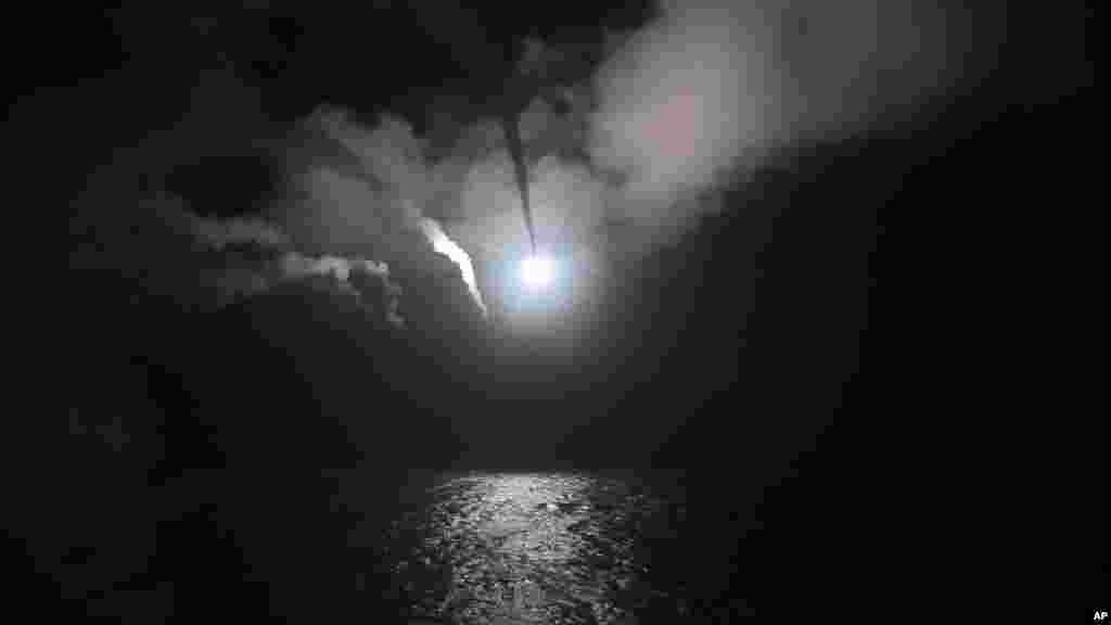 تصاویر ارائه شده توسط نیروی دریایی ایالات متحده از حمله موشکی آمریکا به سوریه در ۷ آوریل ۲۰۱۷ از روی ناو جنگی«یواساس پورتر» در دریای مدیترانه