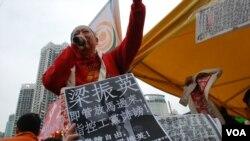 工黨在維園年宵市場派發練乙錚被梁振英發律師信指控誹謗的文章 (美國之音湯惠芸拍攝)