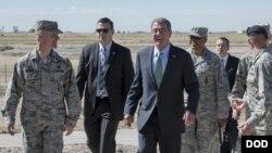 애슈턴 카터 미 국방장관(가운데)이 27일 미국 남부 뉴멕시코주의 커트랜드 공군기지를 방문했다.