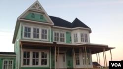 毗邻华盛顿的马里兰州近郊一栋正在建造中的住宅(美国之音王南拍摄)