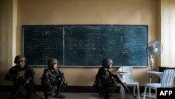 菲律宾军队士兵在棉兰老岛南部地区攻击躲藏在一所学校里的伊斯兰激进分子狙击手。(2017年6月6日)