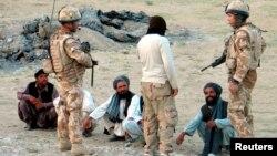 ایک افغان مترجم برطانوی فوجیوں کے ہمراہ مقامی لوگوں سے گفتگو کررہا ہے (فائل فوٹو)