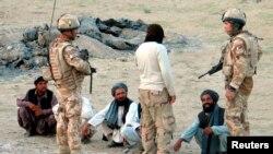 Tentara Inggris dari pasukan NATO bertanya pada warga lokal lewat penerjemah saat berpatroli di Kandahar, Afghanistan selatan. (Foto: Dok)