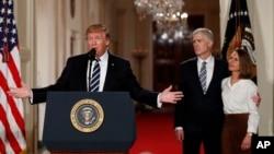 آقای گورساچ در کنار همسرش و دونالد ترامپ رئیس جمهوری ایالات متحده آمریکا