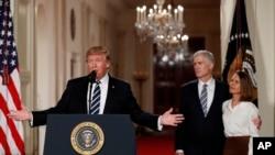 美国总统川普星期二晚间提名戈萨奇(右二)为最高法院大法官