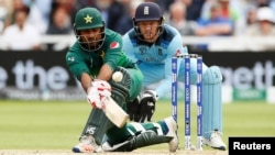 پاکستانی کپتان سرفراز احمد شارٹ لگائے ہوئے