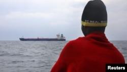 Un migrants africain a été secouru par l'ONG Proactiva Open Arms sur la mer Méditerranée, le 2 avril 2017.