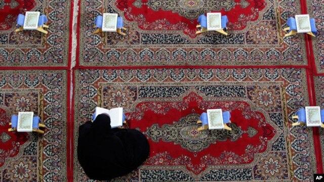 Seorang perempuan membaca al-Quran di sebuah masjid (Foto: ilustrasi).